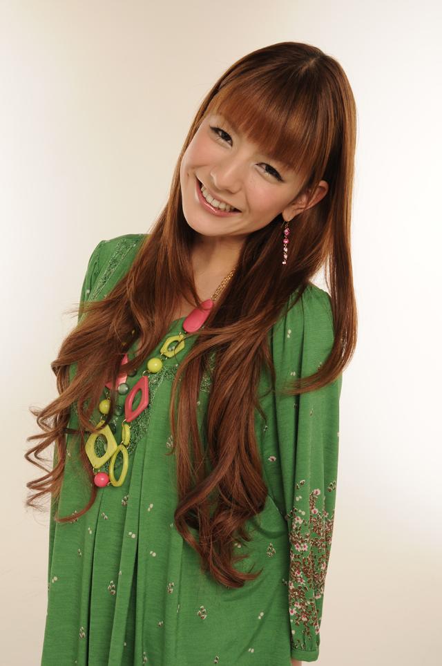 緑色の服を着ているスザンヌ