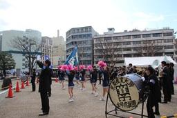 京都市役所前広場で演舞を披露する全学応援団