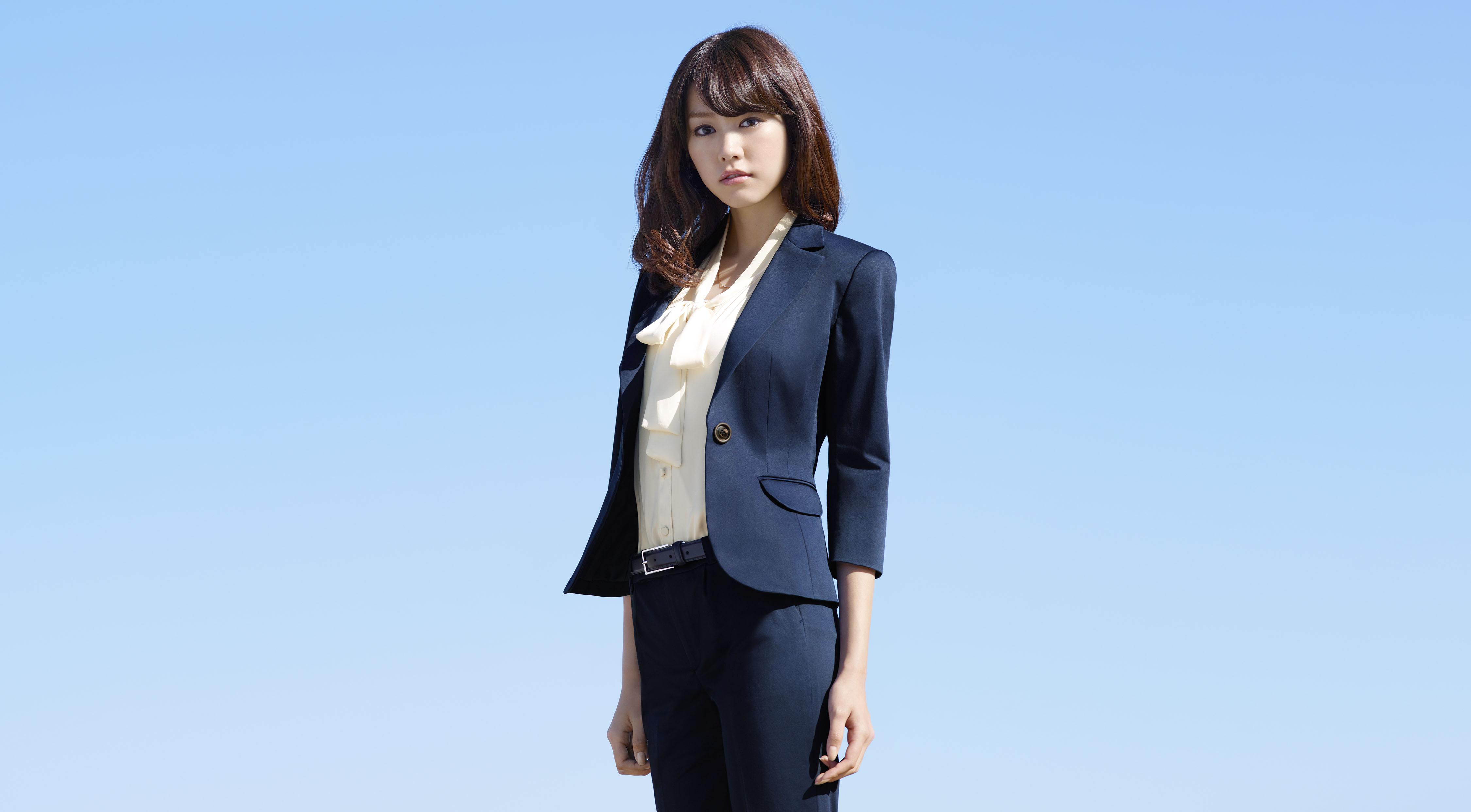 スーツを格好良くビシッと決める桐谷美玲