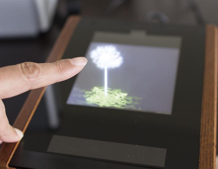 世界初の埋込型皮質脳波ブレイン・マシン・インターフェースシステムを展示