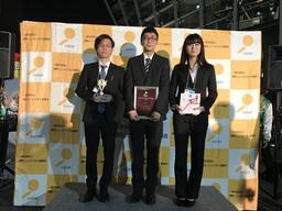 最優秀賞を受賞した、写真左から北川研究室の谷口浩暉さん、津村拓実さん、辻野美咲さん