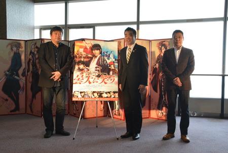 滋賀県が舞台の映画「曇天に笑う」公開記念 原作者の唐々煙氏が滋賀県知事に原作特大屏風を贈呈