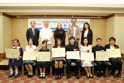 表彰式にて受賞者8名(前列)との記念撮影