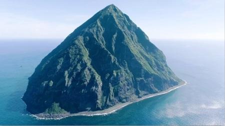 写真1 南硫黄島全景: NHK提供