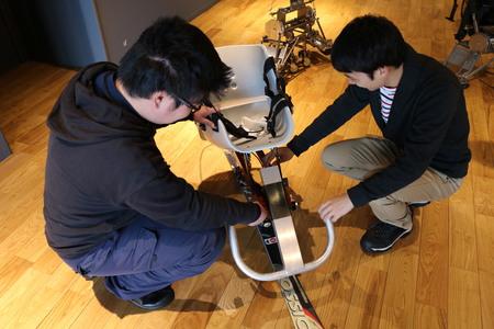 開発されたチェアスキー。椅子や一部の部品をのぞき、他は学生自身が手作り